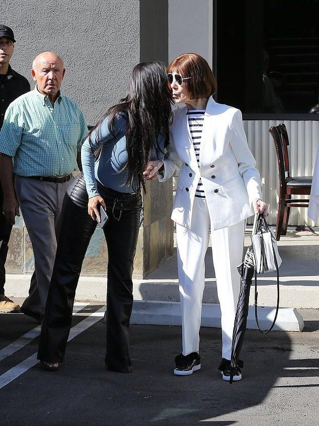 金卡戴珊和95岁外婆出街!外婆一身白色西装太时髦,抢了金姐风头