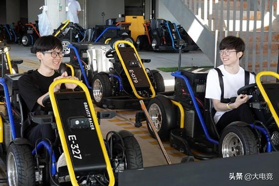 LOL:SKT开启济州岛团建之旅,标志白T恤Faker享受赛车时光