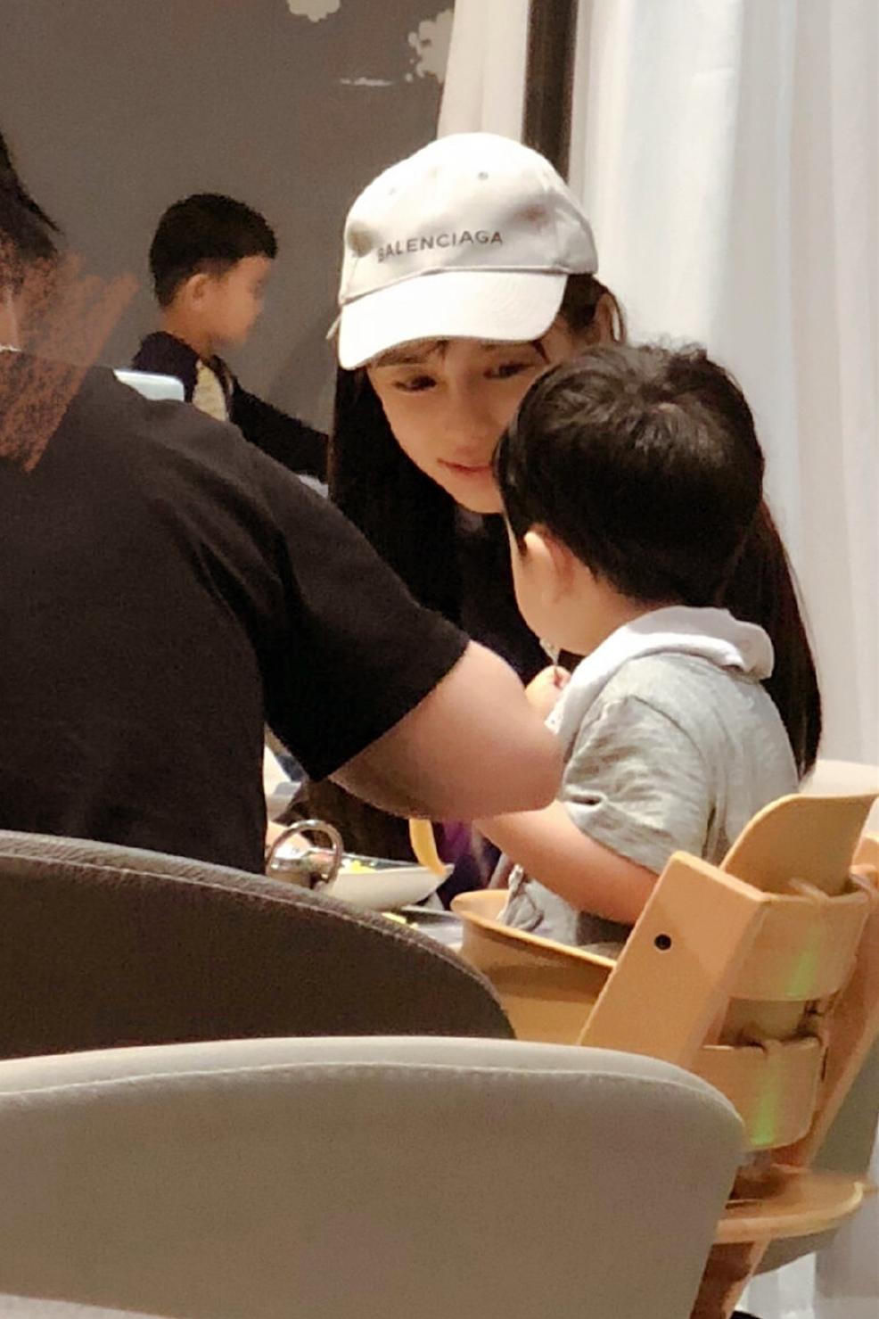 杨颖素颜带娃美得好清纯,白T配黑裤简单朴素,母子同框温馨有爱
