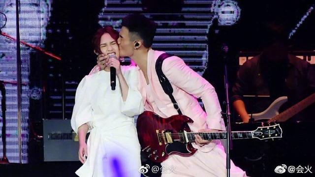 李荣浩晒结婚照,他的眼睛还没有杨丞琳的卧蚕大,网友:扎心了