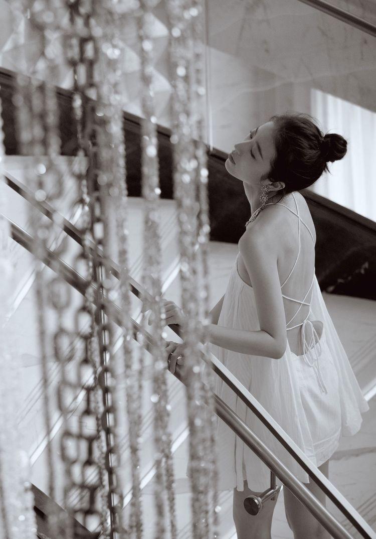 周雨彤穿白色连衣裙知性美,私服时尚感满满,笑容灿烂少女十足