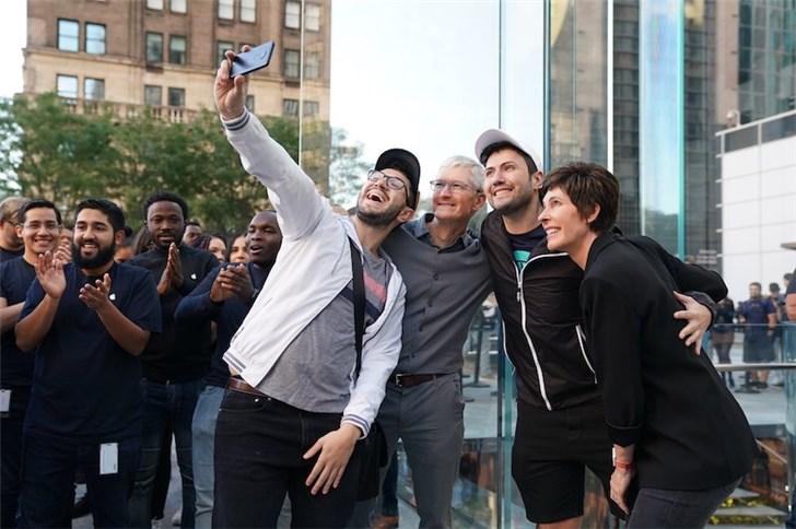 苹果iPhone11/Pro开售,库克现身第五大道AppleStore
