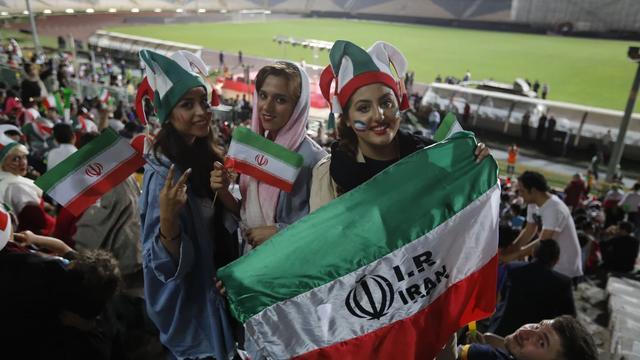 伊朗女球迷可以自由观赛了,绿茵场又添靓丽风景,颜值真的太高了