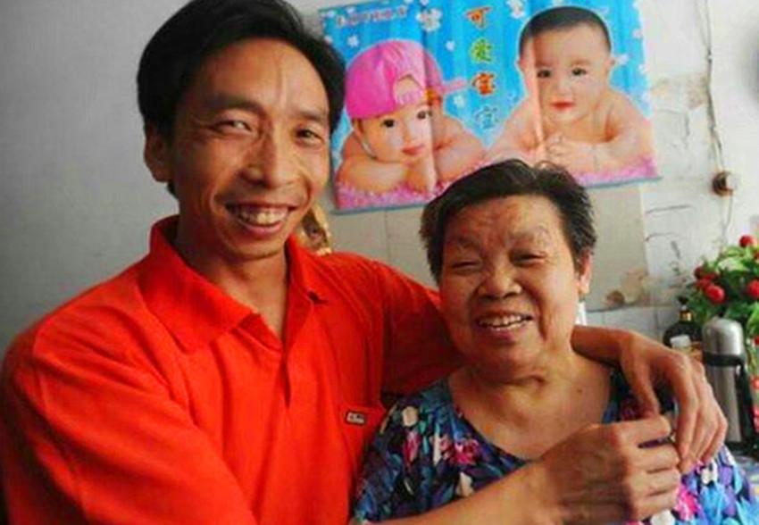 38岁男子爱上77岁奶奶,不顾家人和村民的反对,坚持与其结婚