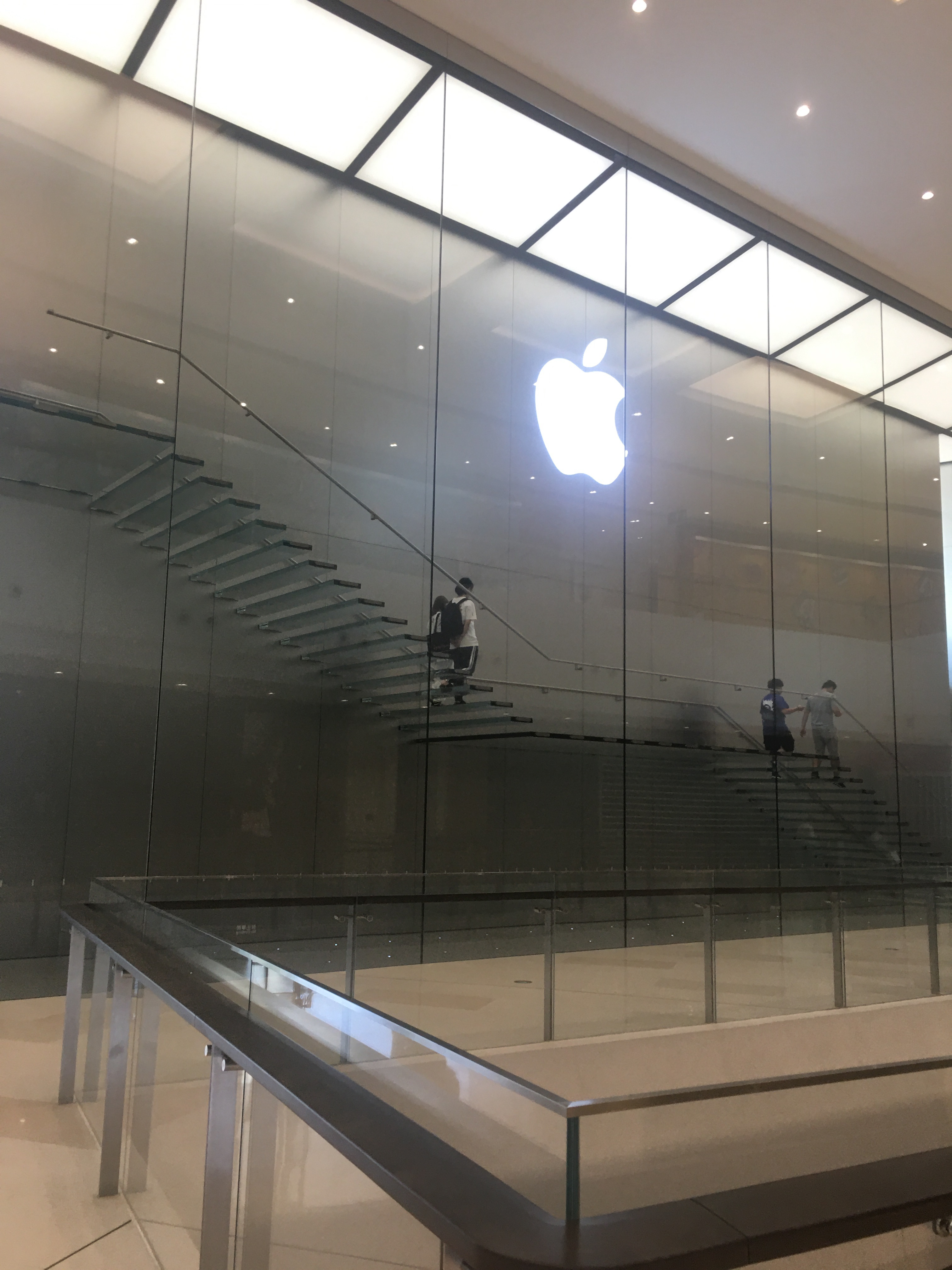 "iPhone11首销""真香机""坐实:广州天环排队人数比往年多"