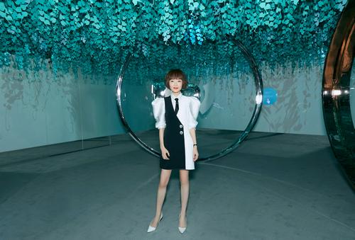 陈鲁豫出席珠宝品牌展览会,黑白配又酷又飒超有范儿