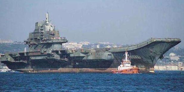辽宁舰刚回国时,船底挂着一坨黑色东西,为何专家看完如此气愤?