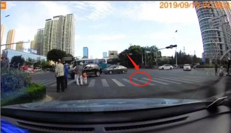 山东1男2女在斑马线上被抓拍,网友怒赞:真棒!