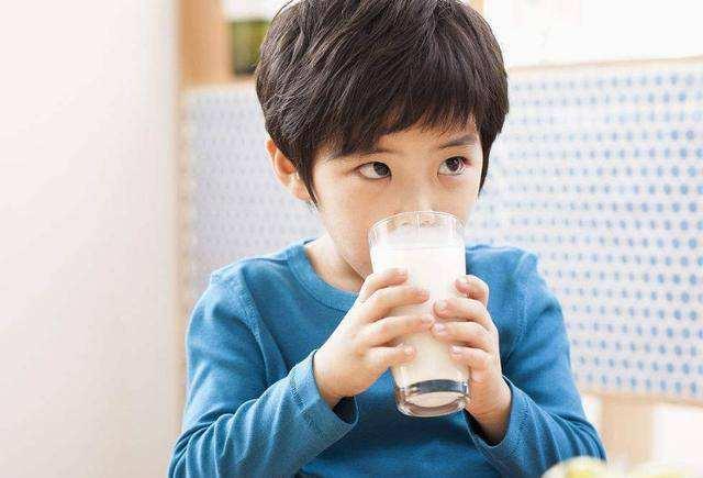 售货员:这几种牛奶,业内称