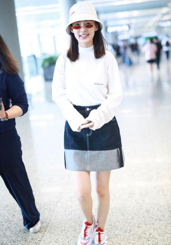 李沁机场街拍照,白色T恤搭配宽松牛仔裙,身材好就是任性