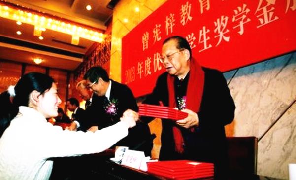 原创            香港真正的爱国富豪:他一生热衷慈善,向内地捐款超1400次