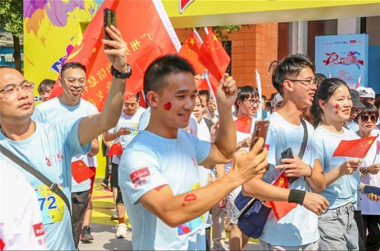 """广州天河响起一曲《我和我的祖国》,千人用同一首歌""""表心意"""""""