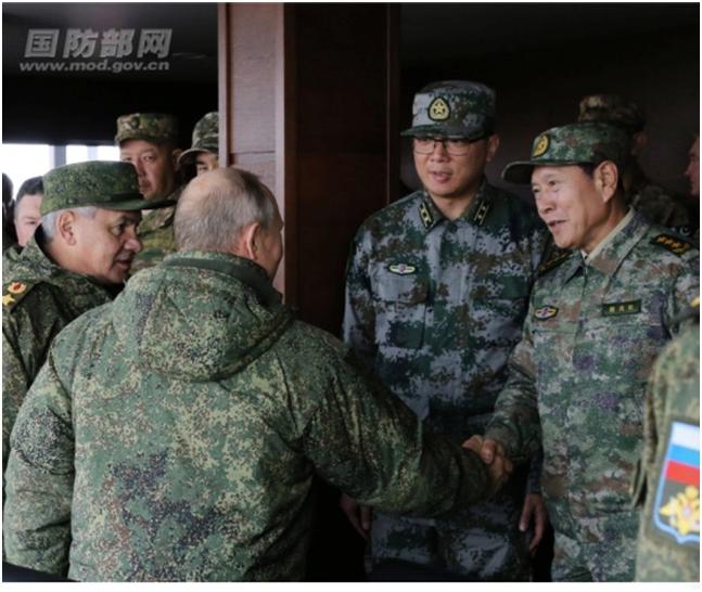 中国防长着新式迷彩服亮相观摩俄军演