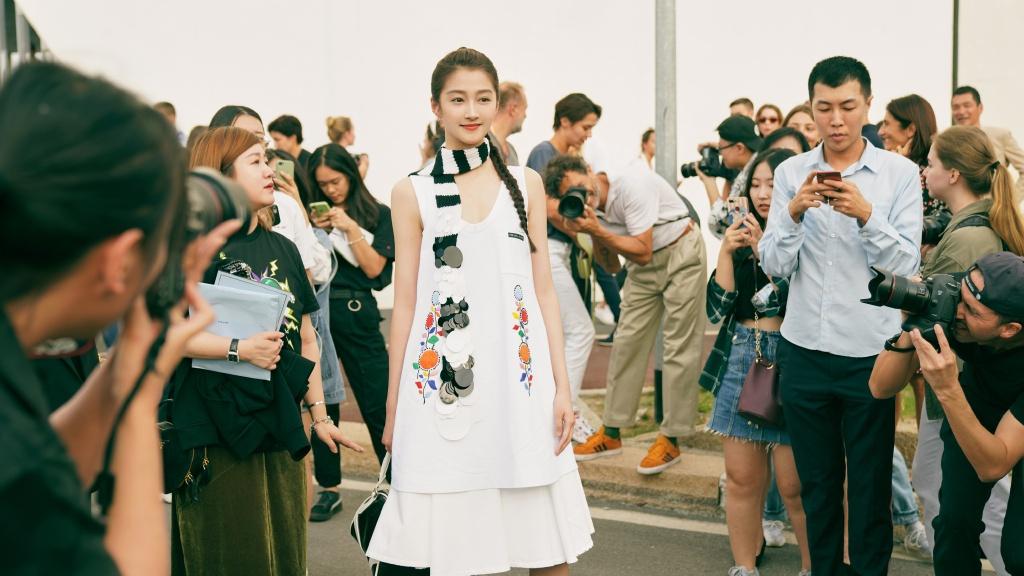 关晓彤私服太惊艳了,一袭白色带图案睡衣风长裙亮相,青春又时尚感