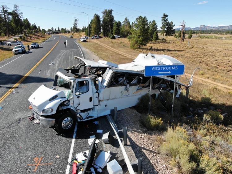载中国公民大巴美国车祸已致4死15伤!事发高速公路休息站附近
