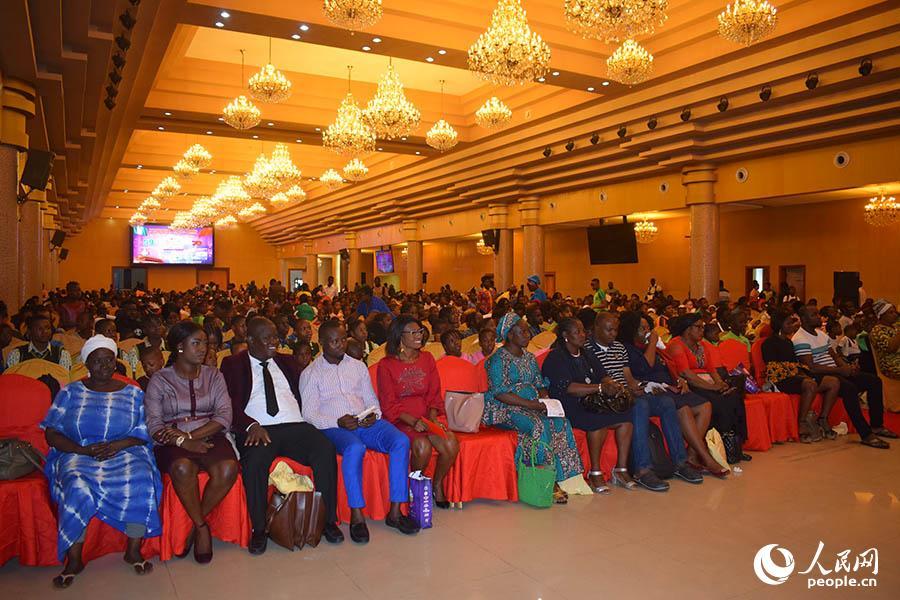 """尼日利亚举行第六届""""青年部长""""演讲大赛颁奖仪式"""