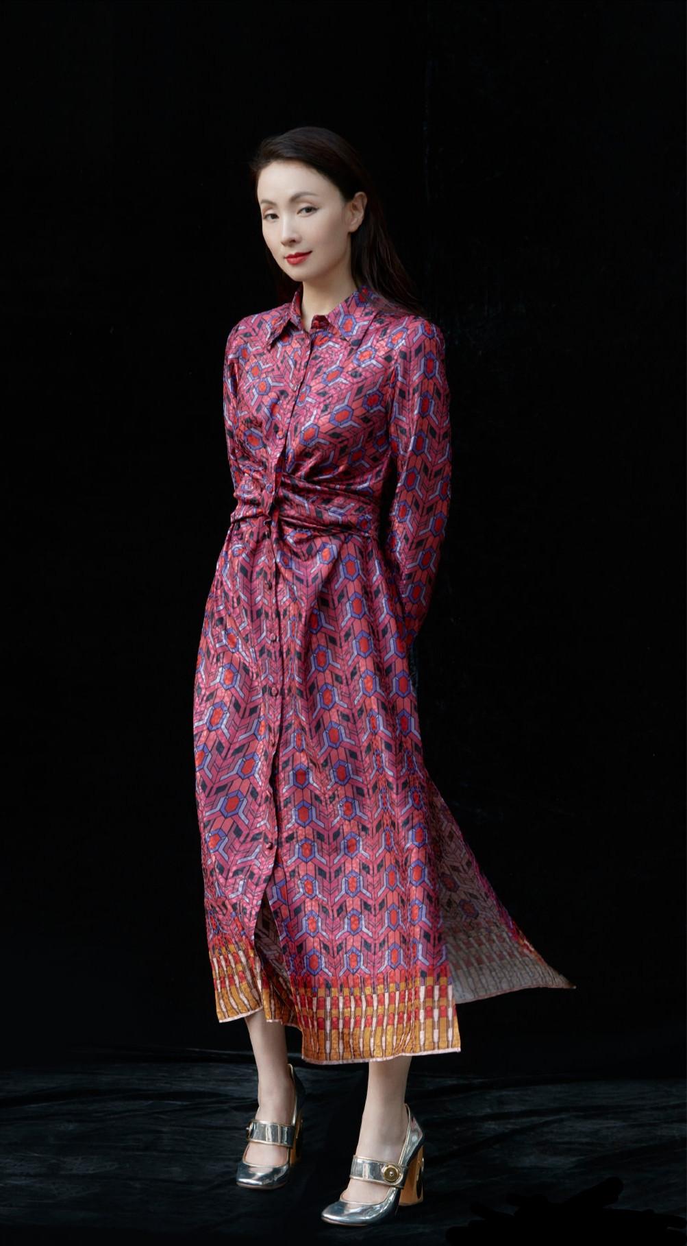 47岁小陶虹拍摄杂志,印花长裙搭配披肩长发,美得像从画里走出来一样