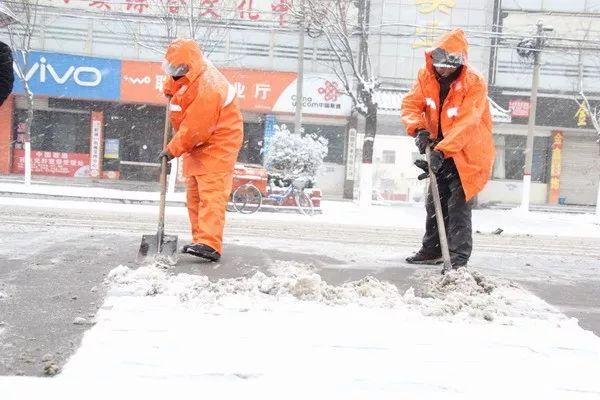 张金哲(中)带领年轻医生查房。首都医科大学附属北京儿童医院供图