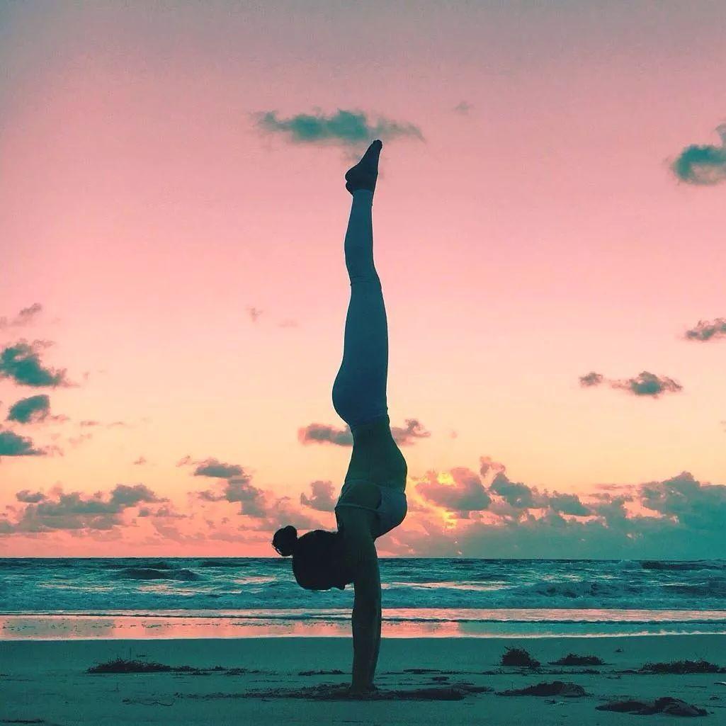 除了瑜伽倒立,这8个简单的动作也能让你越练越年轻!