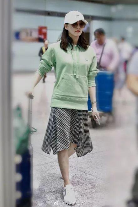 刘诗诗产后身材仍笔挺如少女,产后如何避免抱娃成圆肩