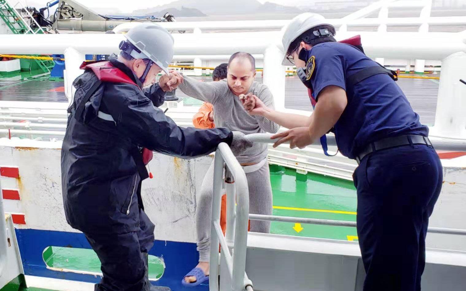 浙江舟山海域一轮船遇险有人落水,15人获救