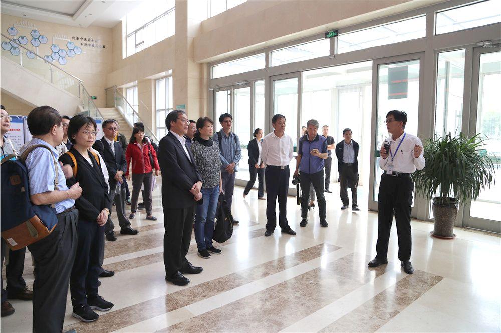 中华华夏医师协会会长苏清泉一行29人来我院参观交流