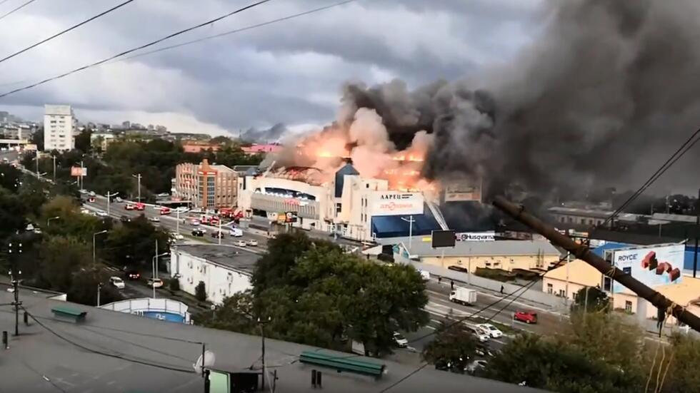 俄罗斯符拉迪沃斯托克最大购物中心今晨突发大火,目前暂无伤亡报告