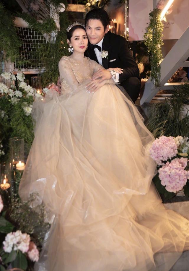 向太晒向佐婚礼现场照,郭碧婷穿婚纱脸蛋圆润,小腹微凸疑似有孕