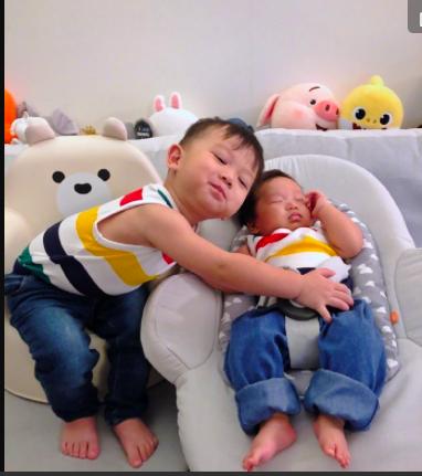 李奕霆当哥超称职,弟弟睡觉在一旁守护,胡杏儿养娃方式惹人赞