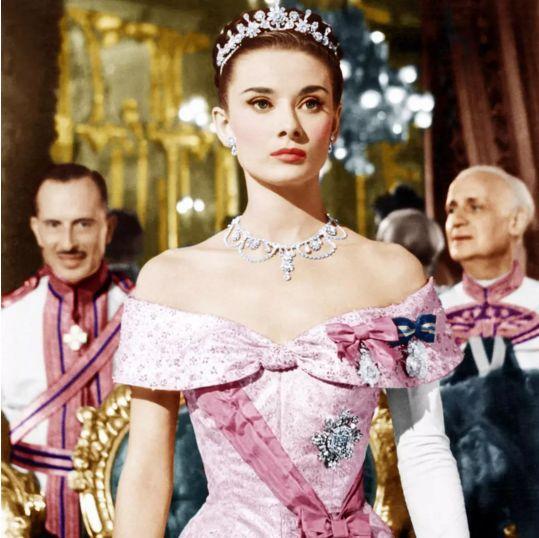 她是全球最美公主,初恋爱上侍从,下嫁风流摄影师,结局却......