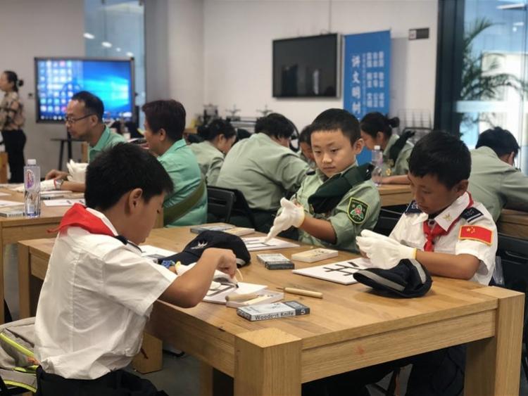 深港青少年相聚观澜版画基地,创作新中国成立七十周年主题版画