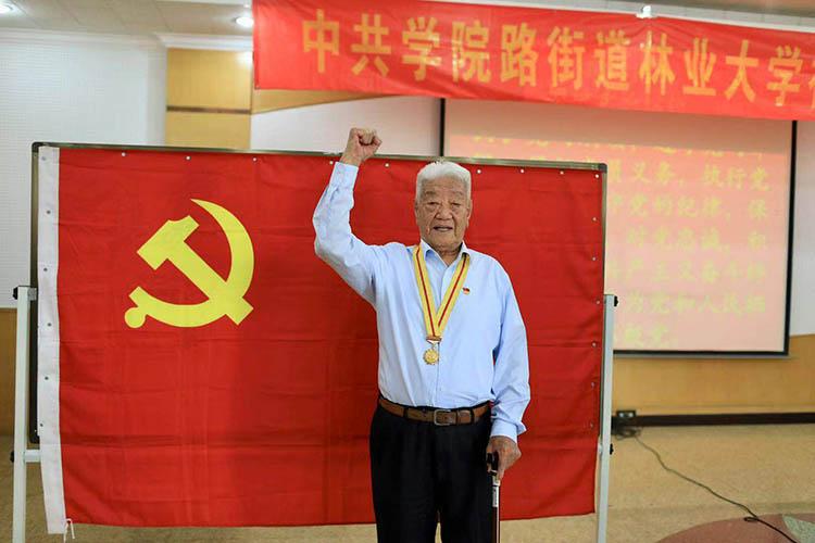 组图 102岁抗战老兵入党