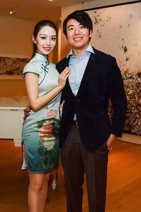 郎朗老婆穿上了中国旗袍,很有东方气质,美出了一幅画卷!