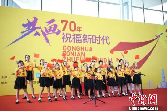 70名画童在广州白云机场共绘70朵木棉花祝福祖国