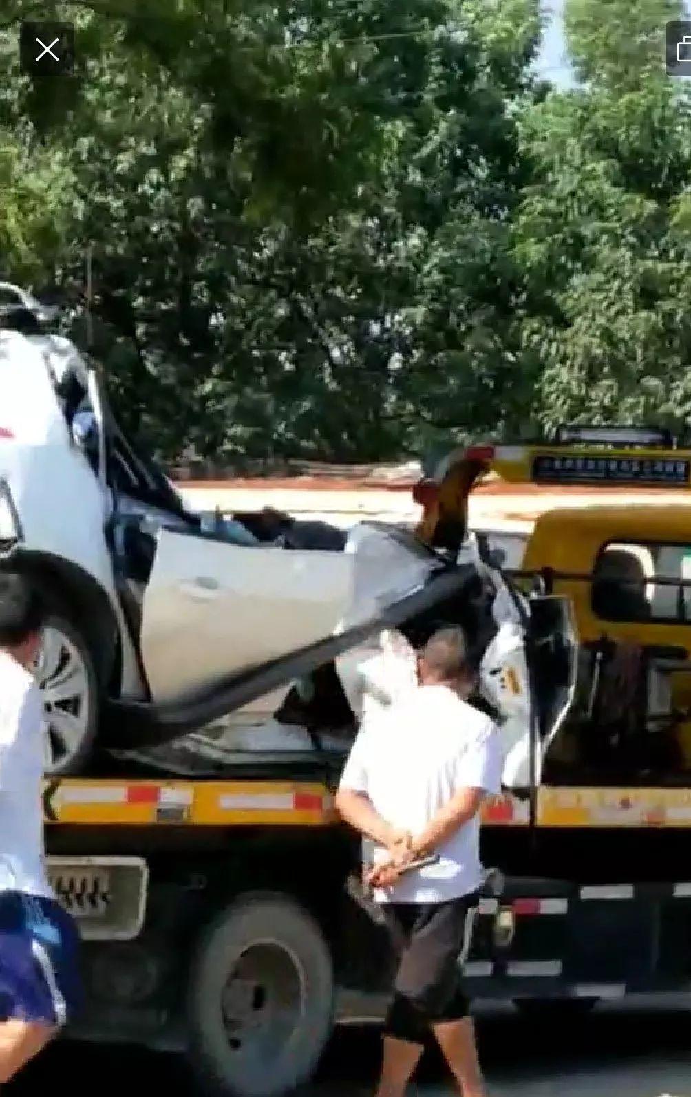 今天上午肇庆发生三车相撞的惨烈车祸,白色小轿车损毁图片
