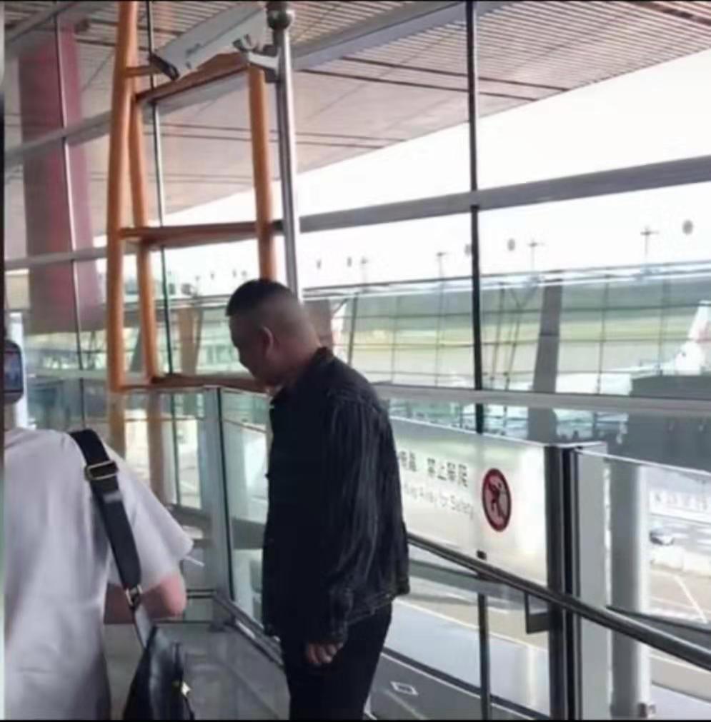 岳云鹏机场遭男粉丝强势表白,侧面表情暴露自己内心