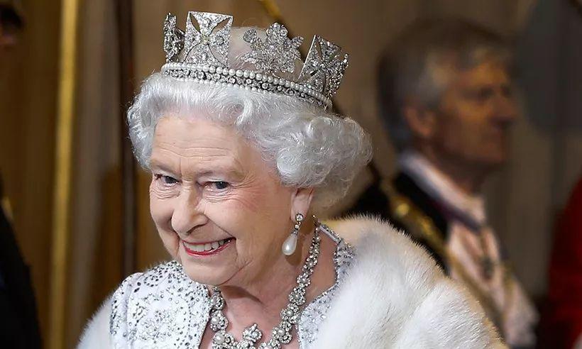 为工人泡茶、恶搞游客…女王奶奶也太太太太可爱了吧!