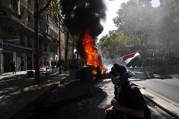 """巴黎气候游行""""变味""""?""""黄背心""""和暴力分子与警方冲突"""