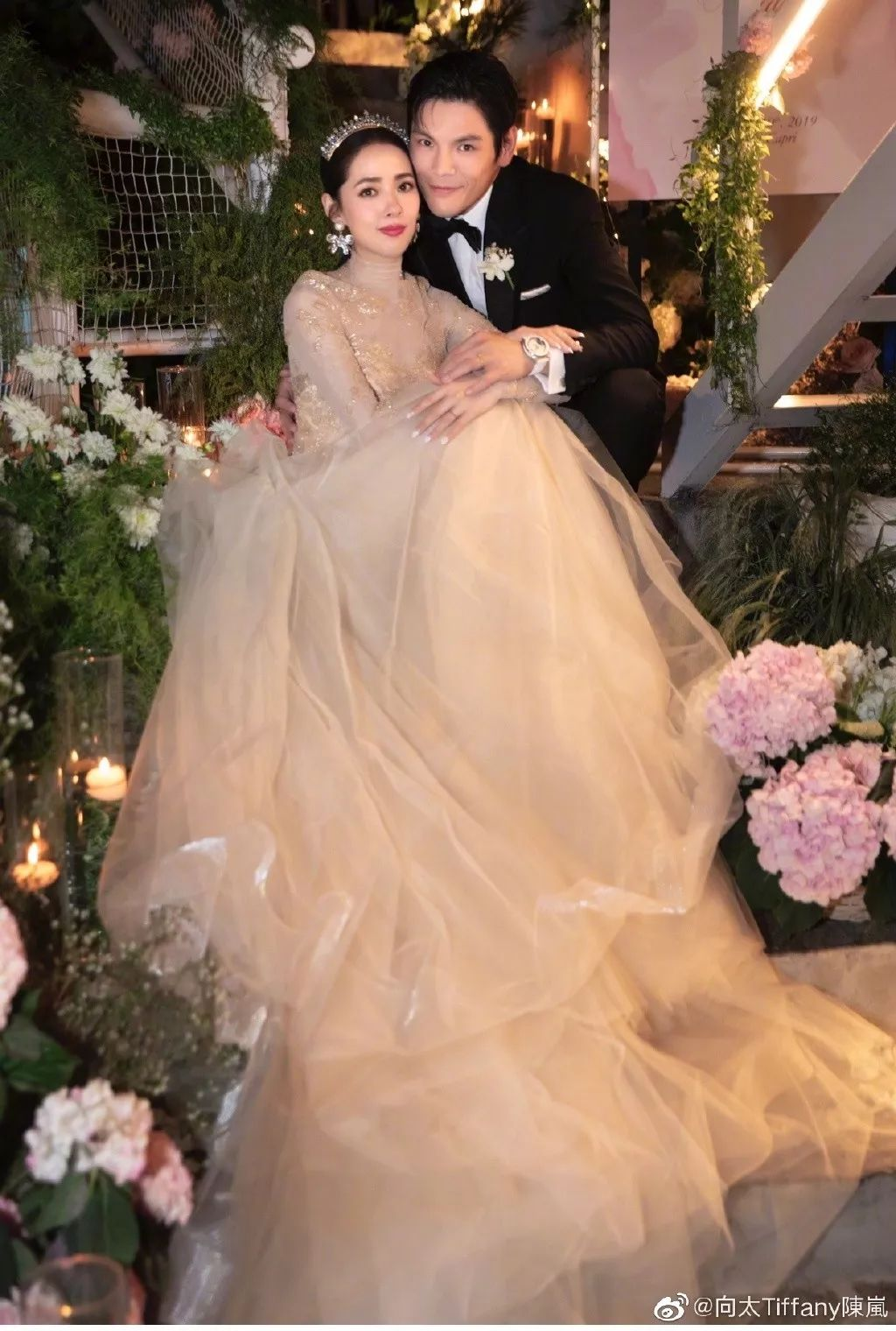 郭碧婷向佐婚礼现场曝光!头戴百年王冠,碧海蓝天相衬,她美得像个公主!