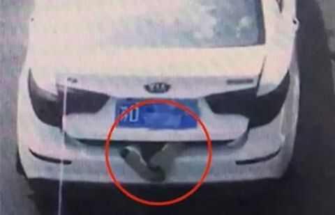 恐怖!轿车后备箱伸出一双脚,趴着的!警察打开一看惊呆……