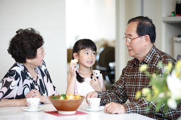 """奶奶给孙女夹菜,孩子却嫌""""脏""""拒绝吃,妈妈的做法巧妙化解尴尬"""
