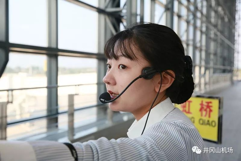 新航站楼共设有12个人工值机柜台, 还设了5台自助值机柜台,l型行李