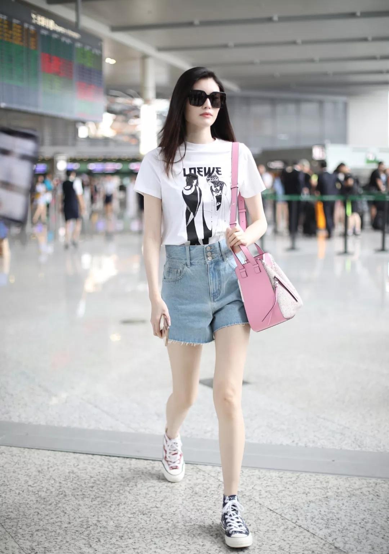 休闲T恤搭配性感短裤,明星们也这样穿,露出修长美腿尽显优雅范