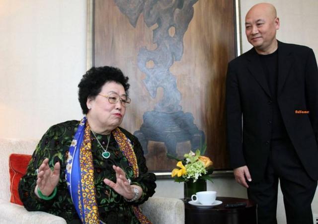 """66歲""""唐僧""""遲重瑞近照曝光,同行78歲富豪老婆,全程為其舉話筒"""