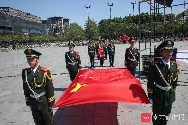 粤港澳三千青年同升一面旗,粤港澳三地共唱祖国情,祝祖国好