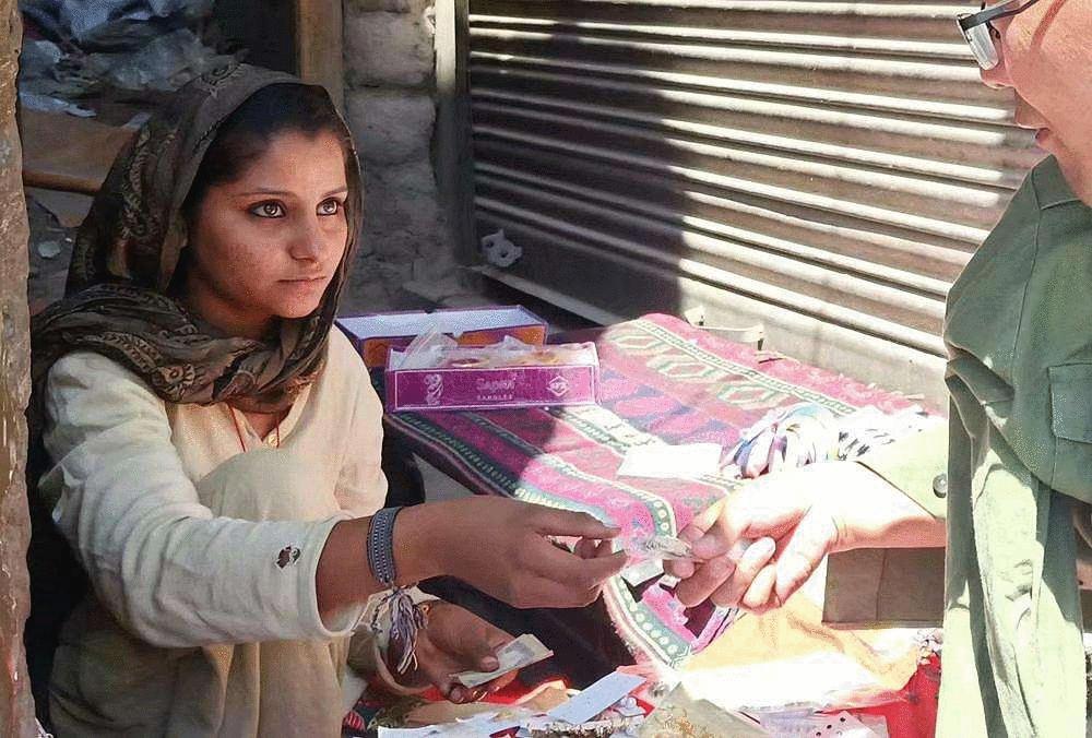 <b>印度美女在印度街头摆摊, 但贩卖的东西, 让中国男性觉得荒唐</b>