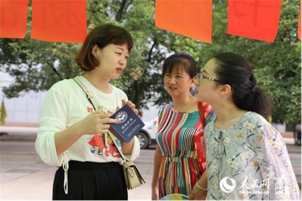 """武汉一高校为新生订制""""阅读护照"""""""