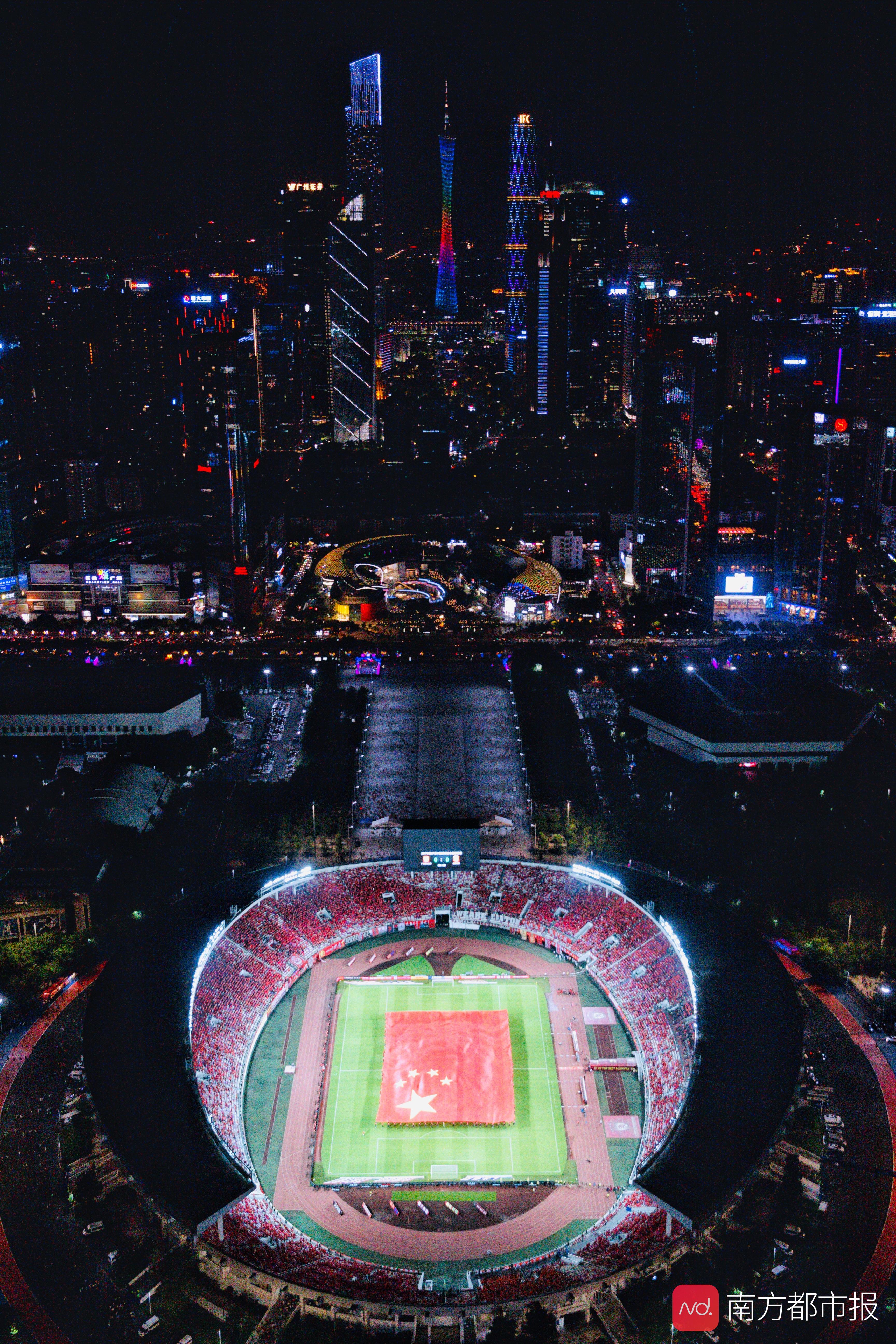 燃!一图拍进全场数万人、3300平方米国旗和半个天河