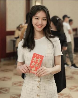 女星刘露发长文欲洗白,晒受伤手臂表示遭暴力执法,网友:太作