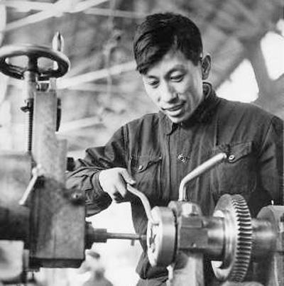 鞍山钢铁公司工人王崇伦——走在时间前面的人